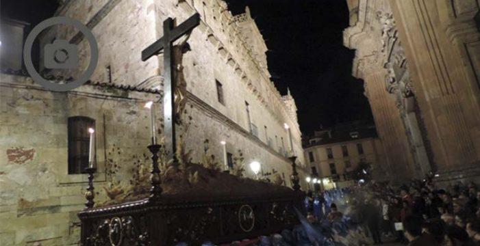 La procesión del Cristo de los Doctrinos sobrecoge a Salamanca