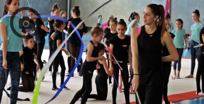 Más de un centenar de niñas gimnastas disfrutan de una 'profe' de lujo
