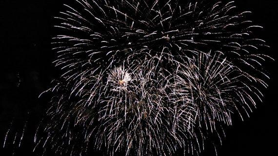 Los fuegos artificiales ponen luz y color a la fría noche salmantina