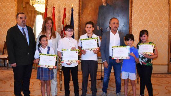 Los escolares Julia Corredera y Jorge Sánchez, ganadores de dibujo y redacción del VI Concurso 'El toro bravo: un rito'