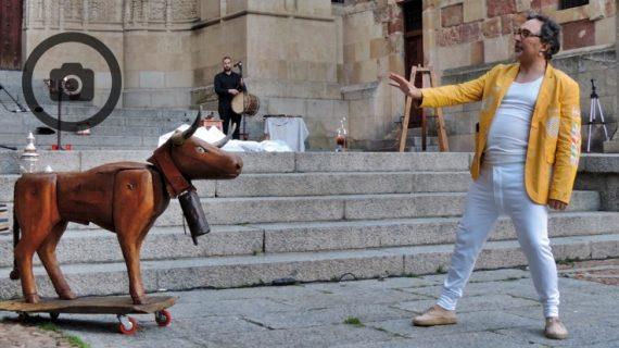 'Trovadores y juglares' desafía a la lluvia y entusiasma a los salmantinos en el Patio Chico