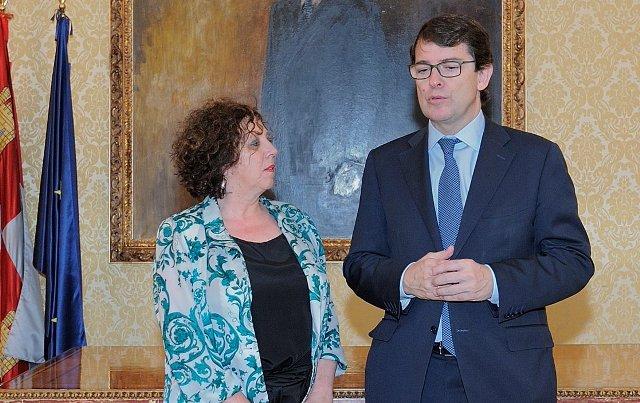 Mañueco recibe a la nueva subdelegada del Gobierno, Encarnación Pérez Álvarez