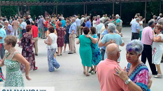 Nuestros mayores siguen bailando en el Parque de los Jesuítas