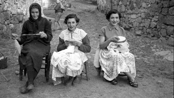 El Patio de la Salina acoge una muestra sobre la Mujer Rural con fotografías de mediados del S. XX