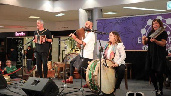 El Grupo Mayalde deleita con su sabiduría sobre el folclore charro en una interesante charla celebrada en 'Encuentros con la tradición'
