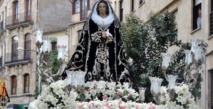 La Soledad desafía a la ola de frío y procesiona por Salamanca