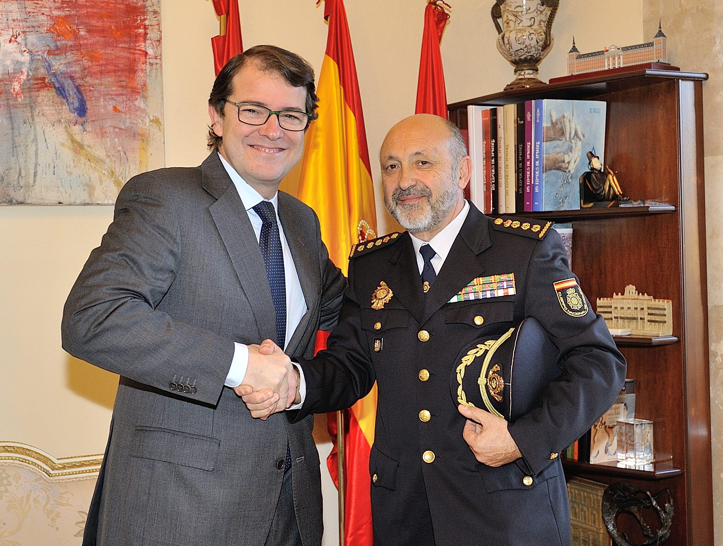 Mañueco se despide del comisario jefe de la Policía Nacional en Salamanca