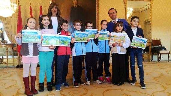 Ocho escolares recogen sus premios por sus dibujos en torno al ciclo del agua