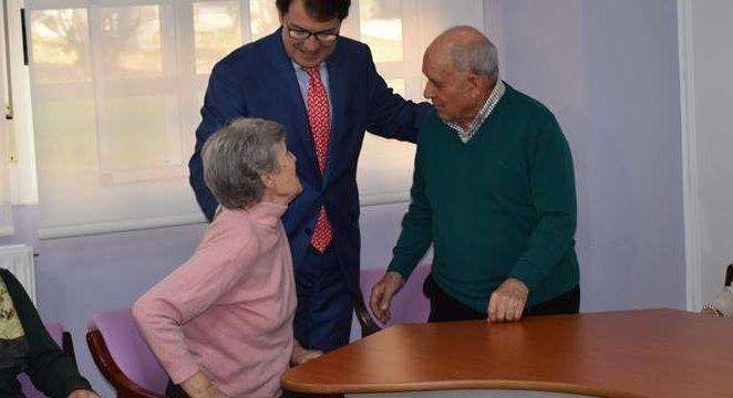 Mañueco visita el Centro de Día del Alzheimer y a la asociación Insolamis