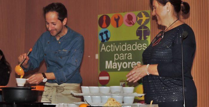 Los mayores aprenden trucos sobre cocina saludable con el chef David Monaguillo