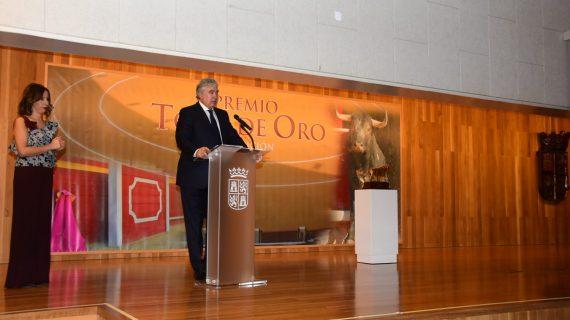 Juan Ignacio Pérez Tabernero recoge el Toro de Oro