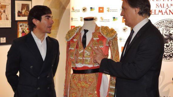 López Chaves dona el terno de su confirmación en Madrid al Museo Taurino
