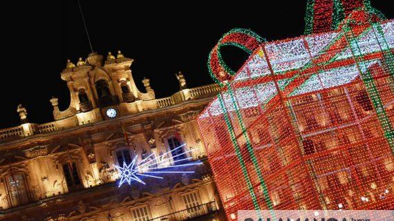 25.000 bombillas y 16 millones de colores engalanan nuestra Plaza Mayor en Navidad