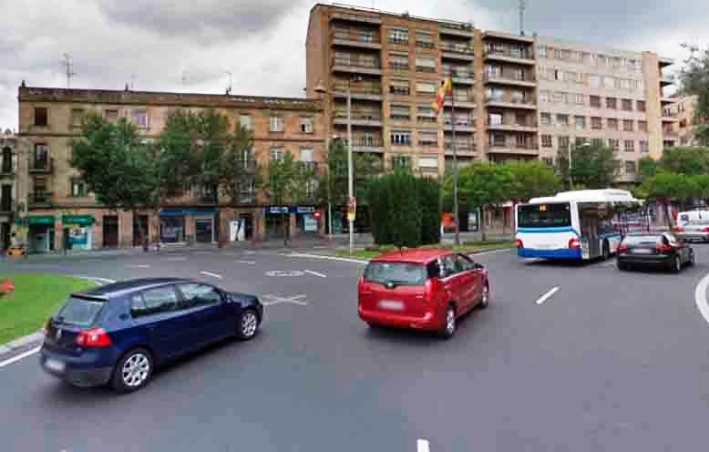 La Policía Local investiga la colisión de dos vehículos en la Plaza de España