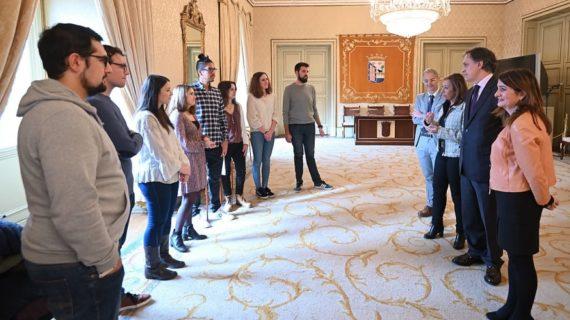 El alcalde recibe a alumnos con becas doctor impulsadas desde el Ayuntamiento de Salamanca