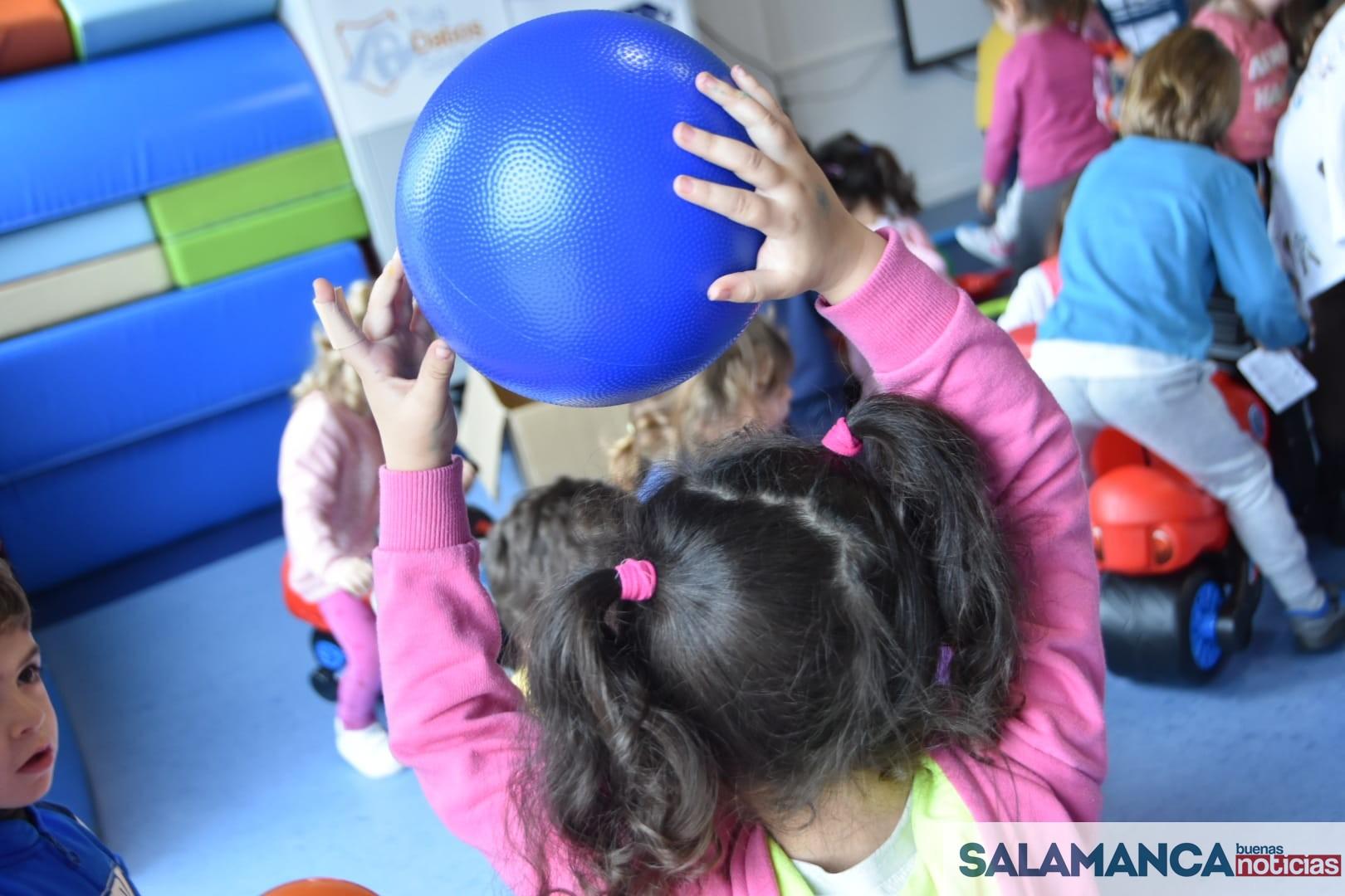 Medio centenar de niños estrenan juguetes gracias a la solidaridad de varias empresas de Carbajosa