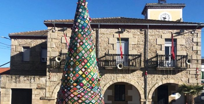 En Barruecopardo un hermoso árbol navideño de ganchillo preside la plaza del pueblo