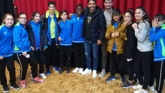 Dueñas, Carpio y Sotres acercan el fútbol a los alumnos del Colegio Concertado Pizarrales