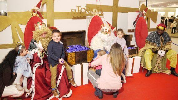 Los Reyes Magos escuchan los deseos de los más pequeños en El Tormes