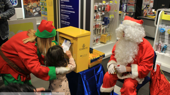 Papá Noel se deja ver por la ciudad charra para recoger las cartas de los niños salmantinos