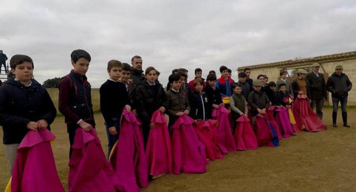 Los alumnos de la Escuela de Tauromaquia comienzan el año entrenando en el campo
