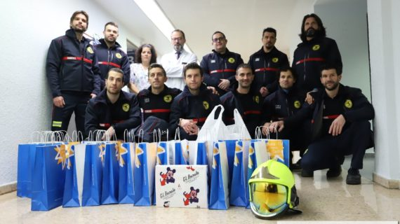 Los Bomberos de Salamanca reparten regalos a los más pequeños en el Clínico
